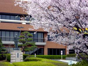 銅像と桜 (3)